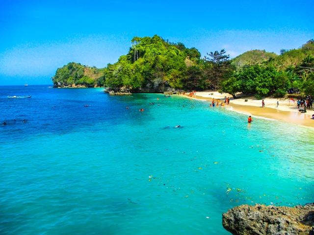 Pantai Tiga Warna Malang yang indah